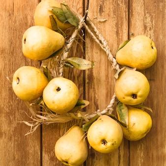 Poires jaunes sur le vieux mur en bois