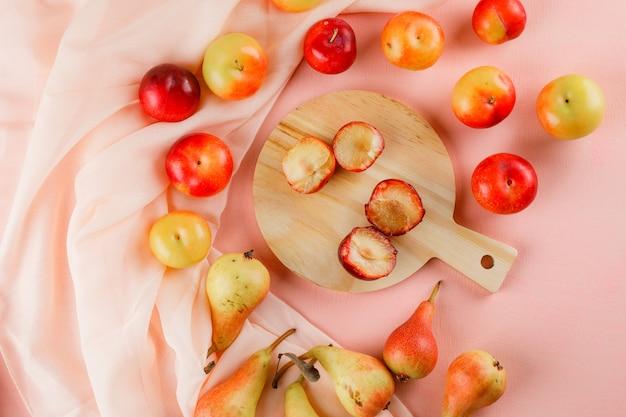 Poires et prunes avec planche à découper