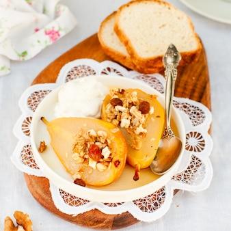 Poires rôties au miel avec granola et yogourt