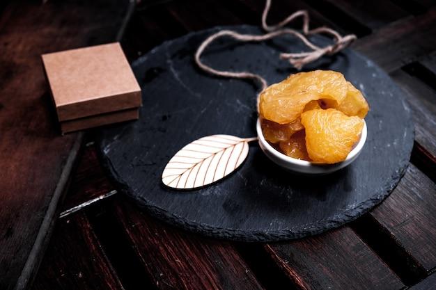 Poires séchées sur fond noir sur table en bois.