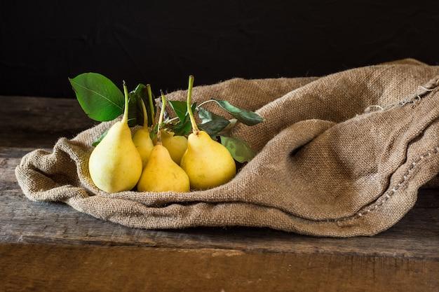 Poires, végétalien, aliments diététiques. récolte d'automne. sac de fruits juteux. végétarien. vitamine. diétologie.