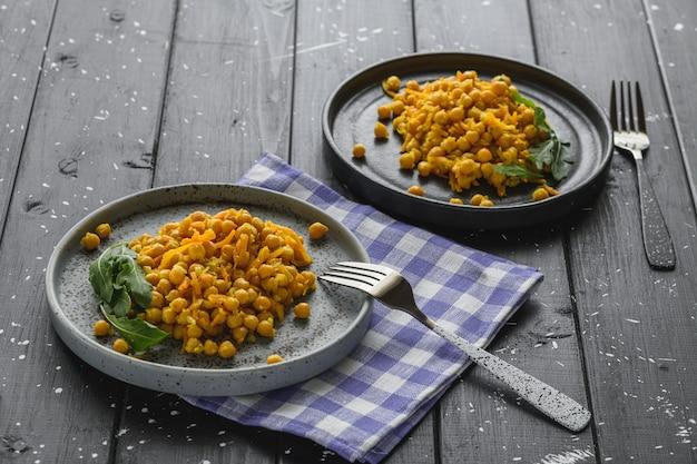 Pois chiches aux carottes et aux verts de style rustique.