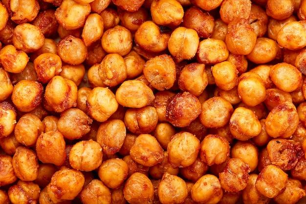 Pois chiches cuits au four épicés. une collation végétalienne plus riche, parfumée au paprika fumé, au cumin et à la coriandre.