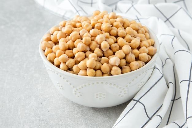 Pois chiches cuits sur un bol. les pois chiches sont des aliments nutritifs. nourriture saine et végétarienne