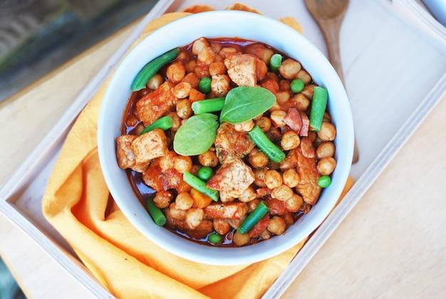 Pois chiches cuits avec viande et haricots verts. cuisine traditionnelle espagnole.