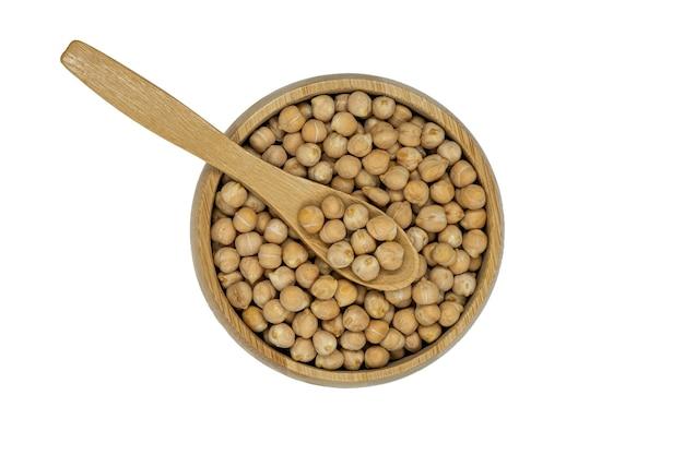Pois chiches dans un bol en bois et cuillère