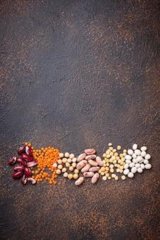 Pois chiches, lentilles rouges, pois jaunes et haricots.