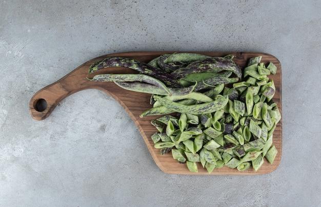 Pois frais non cuits isolés sur une planche de bois. photo de haute qualité