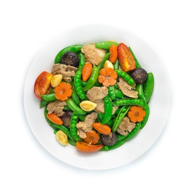 Pois mange-tout sautés au porc et carottes sculptées