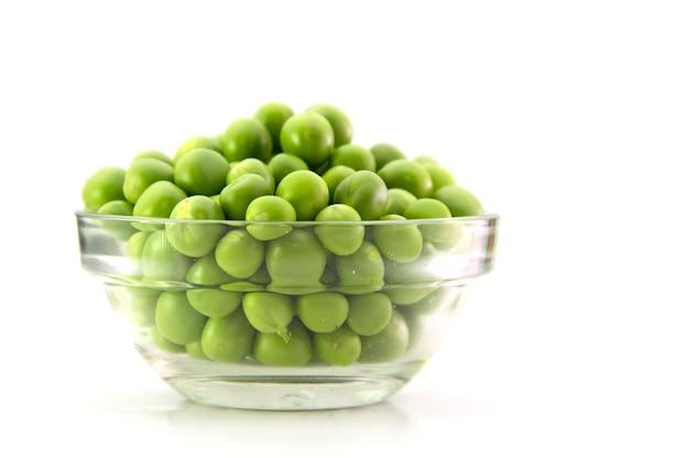 Pois vert frais dans le bol en verre isolé