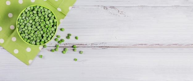 Pois verts bio dans un bol. concept de préparations maison pour une cuisson rapide. concept de nourriture végétarienne saine