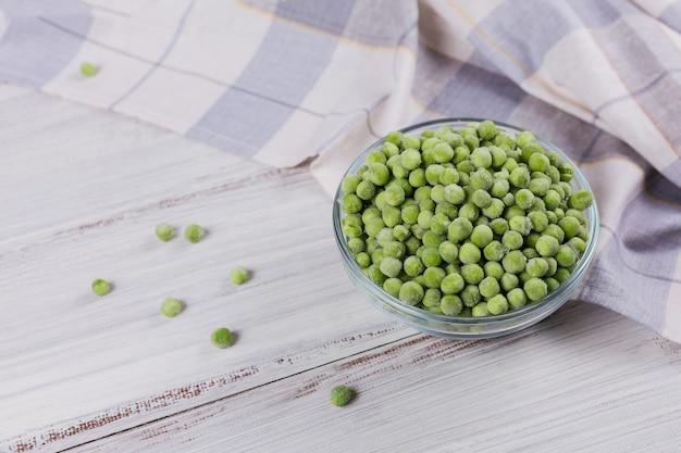 Pois verts bio dans un bol. concept de préparations maison pour une cuisson rapide
