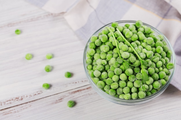 Pois verts bio et germer dans un bol. concept de préparations maison pour une cuisson rapide. concept de nourriture végétarienne saine