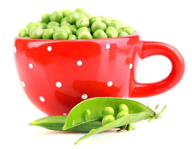 Pois verts frais dans la tasse d'isolement