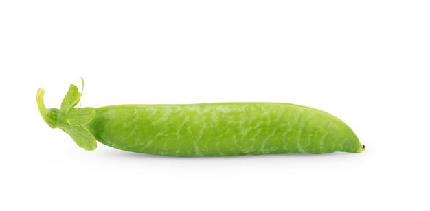 Pois verts frais isolé sur fond blanc