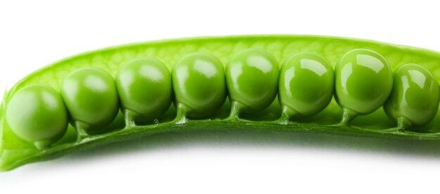 Pois verts frais isolés sur blanc