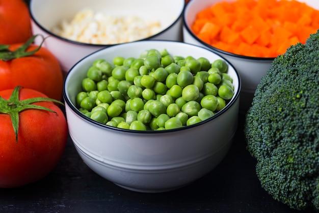 Pois verts frais et légumes