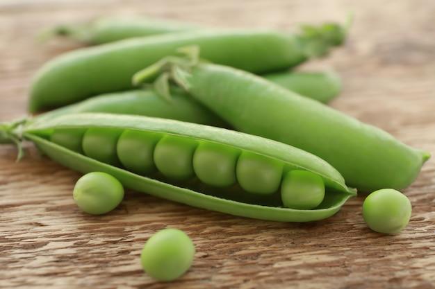 Pois verts frais sur table en bois