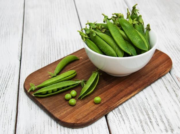 Pois verts sur une table