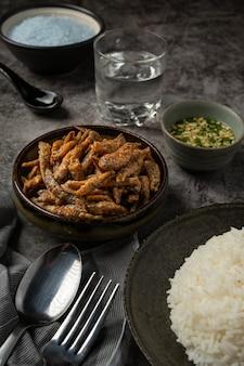 Poisson au four avec sauce concept de fruits de mer asiatiques.