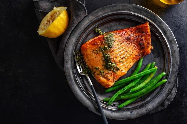 Poisson au saumon cuit au four avec des haricots verts