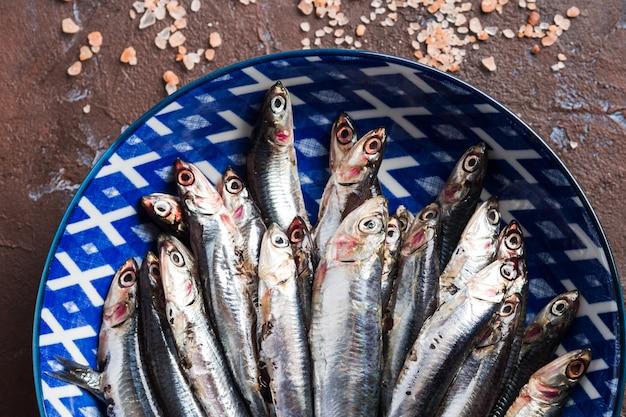 Poisson bleu. anchois dans un plat avec du sel rose