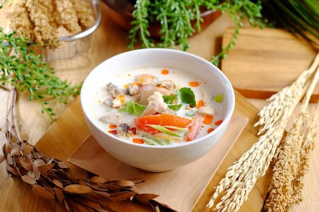 Poisson bouilli avec soupe savoureuse et tomate