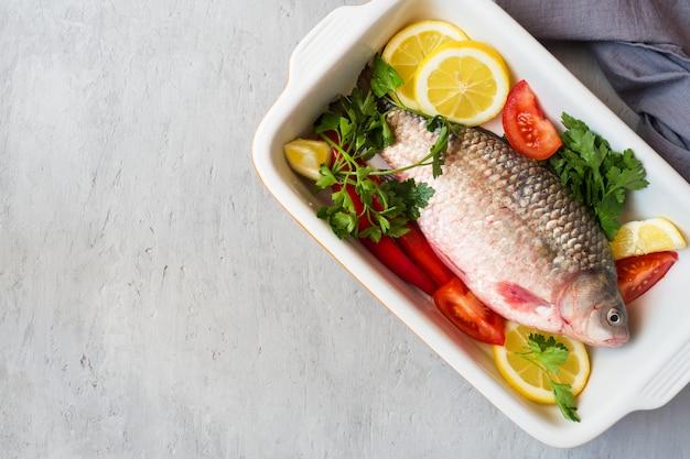 Poisson carpe cru aux épices et légumes pour la cuisson. la vue du haut. espace de copie.