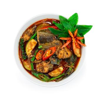 Poisson-chat épicé au curry avec des poivrons et des herbes cuisine thaïlandaise (décoration avec vue de dessus de style chili sculpté