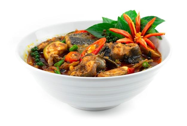 Poisson-chat épicé au curry avec poivrons et herbes cuisine thaïlandaise (décoration avec vue latérale de style chili sculpté