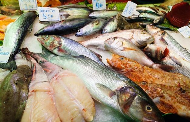 Poisson sur comptoir du marché espagnol
