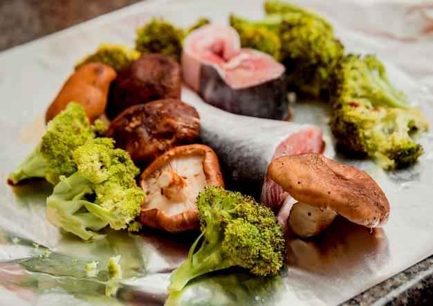 Poisson cru et champignons sur la table. restaurant.