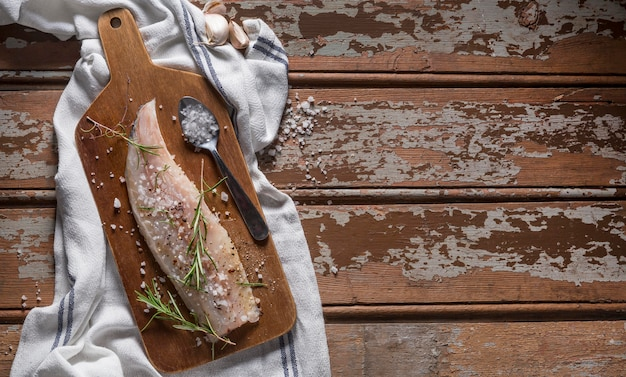 Poisson cru avec composition de condiments pour la cuisson