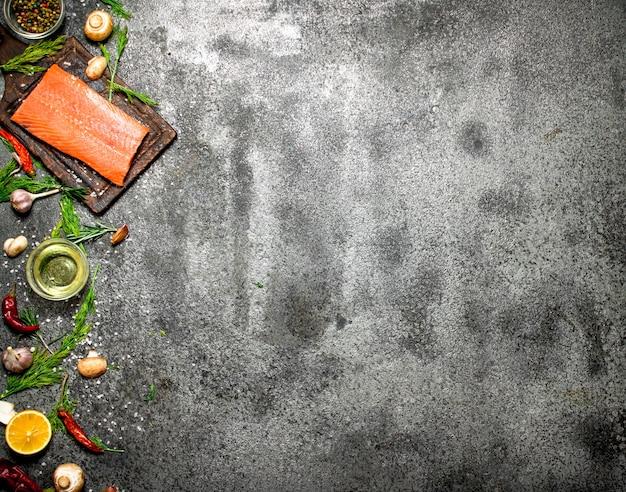 Poisson cru. filet de saumon aux herbes et épices sur table rustique.