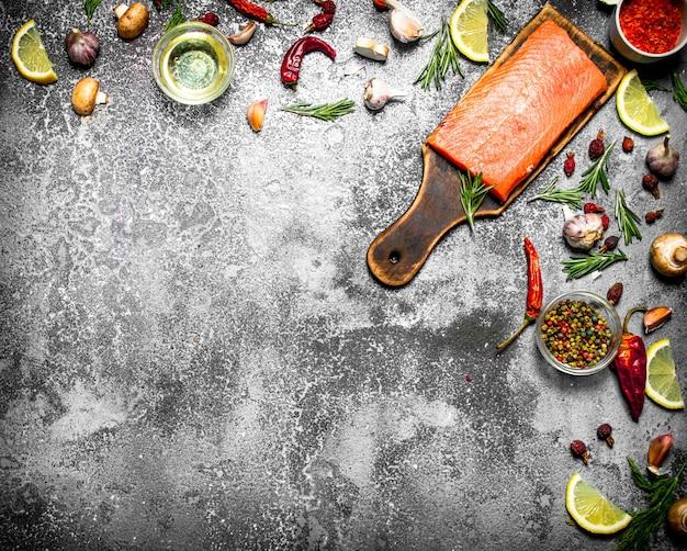 Poisson cru. filet de saumon frais aux herbes et épices sur table rustique.