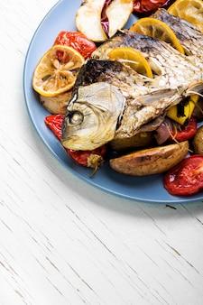 Poisson cuit au four avec garniture de légumes