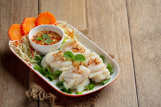 Poisson dolly bouilli avec sauce aux fruits de mer épicée.