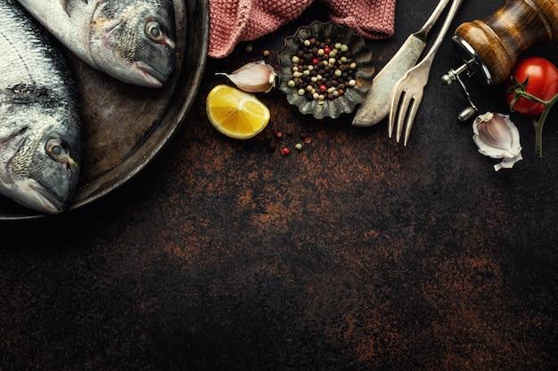 Poisson dorado avec des ingrédients sur le marron