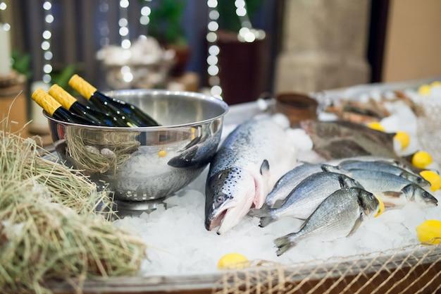 Poisson frais et huîtres au restaurant.