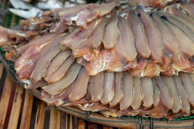 Poisson frais séché sur panier et tradition thaïlandaise soleil