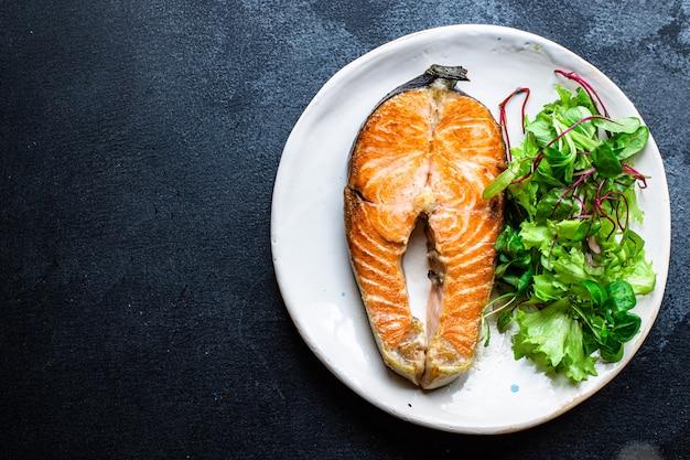 Poisson frit au saumon dans une assiette de fruits de mer grillés vitamine oméga