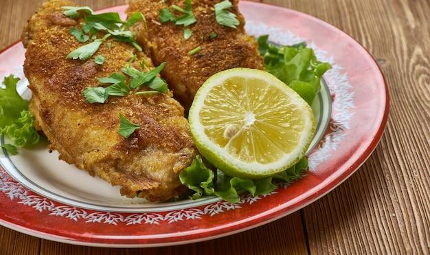 Poisson frit à la créole avec légumes rôtis