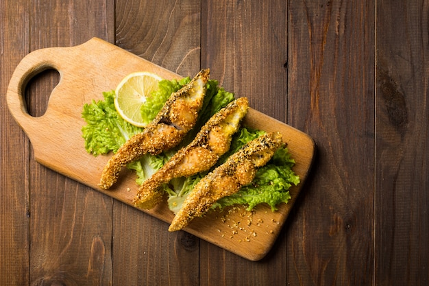 Poisson frit croustillant sur une planche en bois rustique