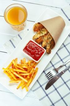 Poisson frit et frites sur la plaque blanche