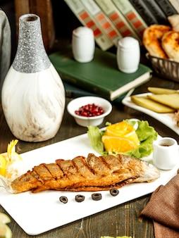 Poisson frit avec narsharab et quartiers de citron