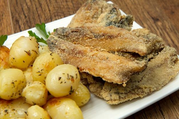 Poisson frit avec pommes de terre rôties