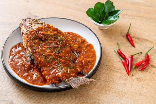 Poisson frit avec sauce chili