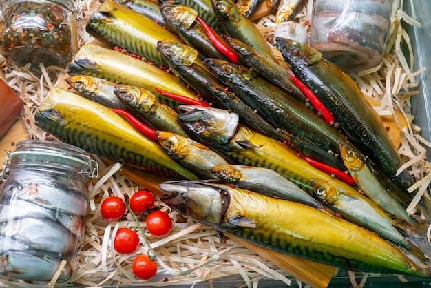Poisson fumé. vente de fruits de mer dans un supermarché. délicieux poisson de délicatesse pour une table de fête.