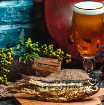 Poisson fumé et verre de bière