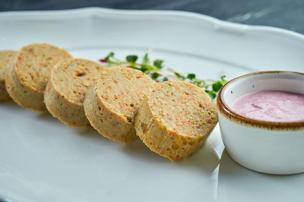 Poisson gefilte - est un plat préparé à partir d'un mélange poché de poisson désossé moulu, comme la carpe, le corégone ou le brochet servi sur une assiette blanche. chabbat et pâque